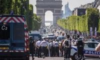 Francia: 4 miembros de una familia detenidos después del ataque de los Campos Elíseos