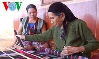 Tejer brocado, valioso legado profesional para las mujeres M'nong
