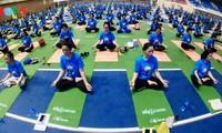 Cerca de 1.500 personas participan en demostración de yoga en Hanói