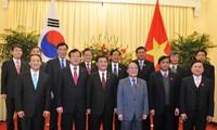 Ketua MN Nguyen Sinh Hung melakukan pembicarana dengan Ketua Parlemen Republik Korea Kang Chang-hee