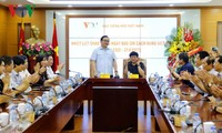Sekretaris Komite Partai Komunis kota Hanoi, Hoang Trung Hai mengucapkan selamat kepada VOV