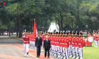 Presiden Indonesia, Joko Widodo memimpin upacara penyambutan resmi untuk Sekjen Nguyen Phu Trong