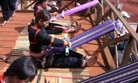 Warga etnis minoritas Ba Na memulihkan dan menjaga kejuruan menenun kain ikat tradisional