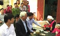 Wakil Ketua MN Vietnam, Uong Chu Luu menyapa dan menginspirasi rakyat di daerah banjir Thanh Hoa