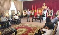 Menikmati  gambar-gambar rakitan keramik tentang foto setengah badan para pemimpin APEC 2017