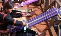 Menenun kain ikat - pengukur dari keluwesan para wanita etnis minoritas M'nong