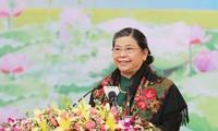 Wakil Harian Ketua MN VN, Tong Thi Phong melakukan kontak dengan pemilih Provinsi Son La