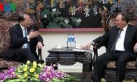阮春福副总理会见中国香港新华集团董事会主席蔡冠深
