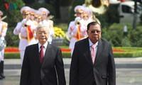 阮富仲同老挝人民革命党中央总书记、国家主席本扬•沃拉吉举行会谈