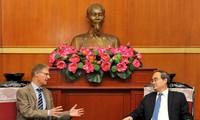 越南祖国阵线中央委员会主席阮善仁会见德国驻越大使馆代办马尼希