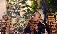 竹制乐器弹奏圣诞歌