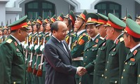 越南政府总理阮春福视察国防部情报总局