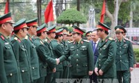 越南国防部长吴春历视察清化省