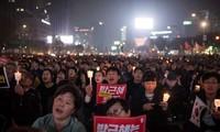 韩国爆发反对和支持被罢免总统朴槿惠的游行示威