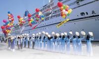 搭载近3500名游客的美国战神号豪华游轮抵达新港-盖梅港