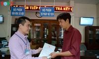 办理行政手续的居民得到当地政府的关心和分享