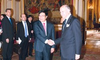Foreign Minister Pham Binh Minh visits France