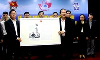 Ho Chi Minh Communist Youth Union receives maps on Hoang Sa and Truong Sa