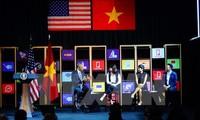 US President Barack Obama meets young Vietnamese entrepreneurs