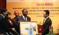 Phó Thủ tướng Nguyễn Xuân Phúc tiếp Phó Thủ tướng Uganda
