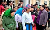 Trưởng ban dân vận trung ương Hà Thị Khiết thăm, tặng quà cho người nghèo tỉnh Tuyên Quang