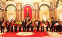Chủ tịch nước Trương Tấn Sang trao quyết định bổ nhiệm kiểm sát viên