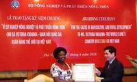 Trao kỷ niệm chương vì sự nghiệp nông nghiệp cho bà Victoria Kwakwa nguyên Giám đốc WB tại Việt Nam