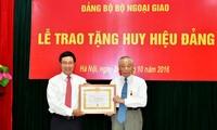Đảng ủy Bộ Ngoại giao trao tặng Huy hiệu Đảng cho các đảng viên