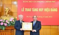 Trao Huy hiệu 55 năm tuổi Đảng tặng nguyên Phó Thủ tướng Vũ Khoan