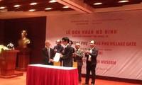 Bảo tàng Hà Nội đón nhận mô hình cổng làng Mông Phụ do Giáo sư, Kiến trúc sư người Nhật  trao tặng