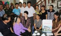 Chủ tịch Quốc hội Nguyễn Thị Kim Ngân thăm, tặng quà gia đình thương binh, liệt sỹ tại Hải Dương