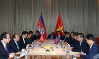 Thủ tướng Nguyễn Xuân Phúc gặp Thủ tướng Campuchia Samdech Techo Hun Sen