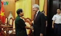 เสนาธิการใหญ่กองทัพประชาชนเวียดนามให้การต้อนรับผู้บัญชาการทหารเรือของสหรัฐ