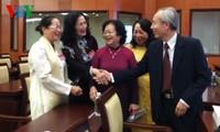 พบปะกับบรรดาอดีตสมาชิกรัฐสภาในนครโฮจิมินห์