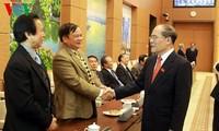 ประธานรัฐสภาเหงียนซิงหุ่งห์พบปะกับตัวแทนของสมาชิกรัฐสภาสมัยต่างๆ
