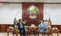 ประธานรัฐสภาลาว ปานี ยาท่อตู้ให้การต้อนรับรองประธานรัฐสภาเวียดนามโด๋บ๊าติ