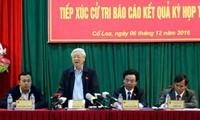 เลขาธิการใหญ่พรรคเหงียนฟู้จ่องลงพื้นที่พบปะกับผู้มีสิทธิ์เลือกตั้งในอำเภอดงแอง กรุงฮานอย