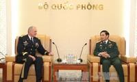 เสนาธิการใหญ่กองทัพประชาชนเวียดนามให้การต้อนรับผู้บัญชาการกองทัพบกสหรัฐภาคพื้นแปซิฟิก