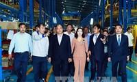 นายกรัฐมนตรีเหงียนซวนฟุ๊กเยี่ยมโรงงานประกอบรถยนต์ในจังหวัดนิงบิ่งห์