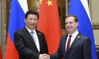 ประธานประเทศจีนสีจิ้นผิงเจรจากับนายกรัฐมนตรีรัสเซีย ดมีตรี เมดเวเดฟ