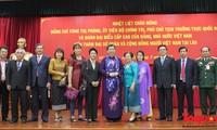 รองประธานรัฐสภาต่องถิฟ้องพบปะกับชมรมชาวเวียดนามที่อาศัยในประเทศลาว