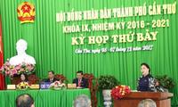 ประธานสภาแห่งชาติเหงียนถิกิมเงินเข้าร่วมการประชุมสภาประชาชนนครเกิ่นเทอสมัยที่ 9