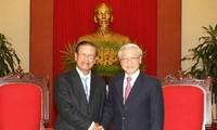 เลขาธิการใหญ่พรรคคอมมิวนิสต์เวียดนามNguyễn Phú Trọngให้การต้อนรับรองนายกรัฐมนตรีลาวสมสะหวาด เลงสะหวัด