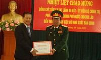 รองนายกรัฐมนตรีลาวเยือนสำนักพิมพ์กองทัพประชาชนเวียดนาม