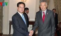 นายกรัฐมนตรีเวียดนามNguyễn Tấn Dũngพบปะกับบรรดาผู้นำสิงคโปร์