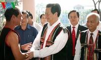 ท่านเหงวียนเติ้นหยุงนายกรัฐมนตรีเวียดนามเดินทางไปเยือนอำเภอซาไถ่จังหวัดกอนตูม