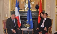 ท่านเลห่งแองสมาชิกกรมการเมืองพรรคพบปะหารือกับพรรคการเมืองต่างๆในวุฒิสภาฝรั่งเศส