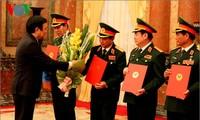 ท่านเจืองเติ๊นซางประธานประเทศเวียดนามมอบมติเลื่อนยศให้แก่นายพลของกองทัพ