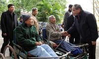 ประธานแนวร่วมปิตุภูมิเวียดนามเยี่ยมและมอบของขวัญให้แก่ทหารทุพพลภาพจังหวัดบั๊กนิง