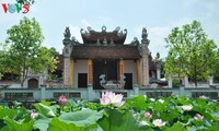 Hương sen trong đền thờ Lạc Long Quân